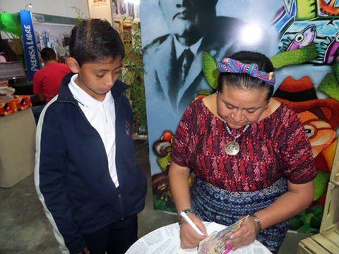 Rigoberta-Menchu-y-estudiante